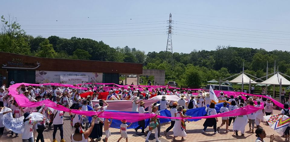 평화의 대동제 도라산 평화공원에서 17개국 32명의 국제 여성 대표단과  한국의 시민들이 함께 대동제를 벌이고 있다.