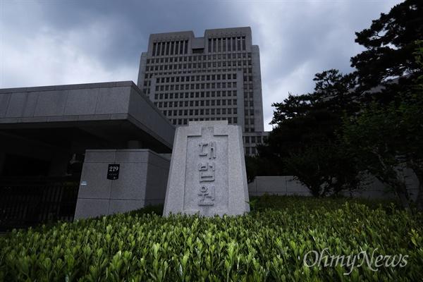 양승태 전 대법원장 체제에서 법원행정처가 대법원 판결에 개입했다는 의혹이 제기된 가운데 29일 오전 서울 서초구 대법원 정문의 모습.