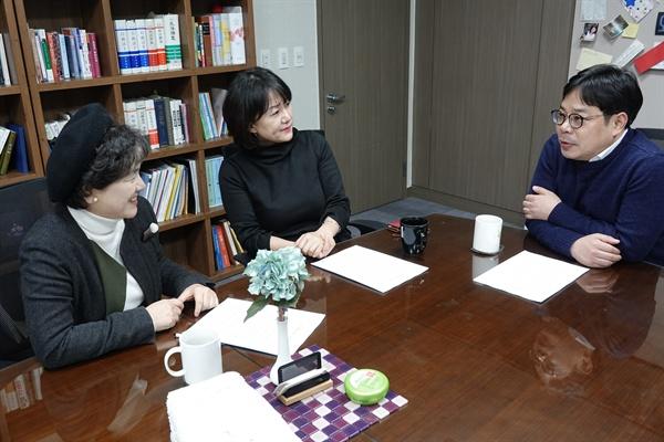 이재정 더불어민주당 의원, 전진한 알권리연구소 소장, 설문원 한국기록학회 회장이 대화를 나누는 모습