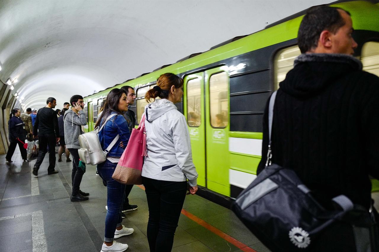 트빌리시 지하철모습 트빌리시 지하철 요금은 0.5라리, 우리돈으로 얃 200원이다. 지하철 카드를 충전해서 사용한다.