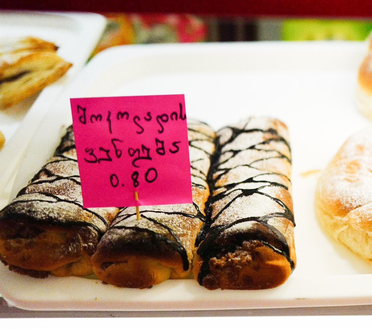트빌리시 빵가게에서 파는 빵 트빌리시 빵가게에서는 주로 직접 만든 빵을 판다. 작은 케잌 하나 가격은 0.8라리정도이다