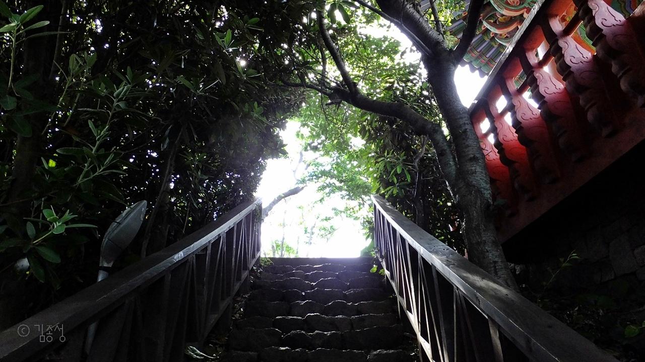 용연계곡가의 산책길.