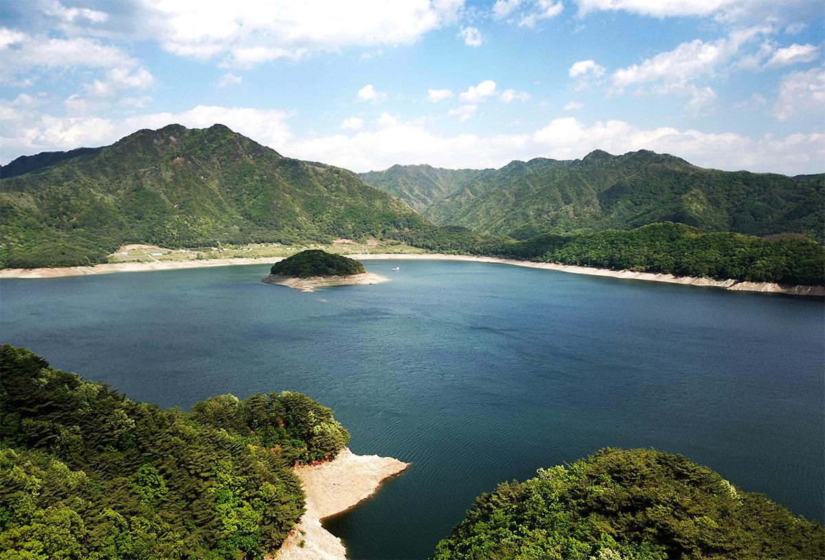 소양호 일대 저 산, 저 물 어딘가에 길이 계속 이어진다.
