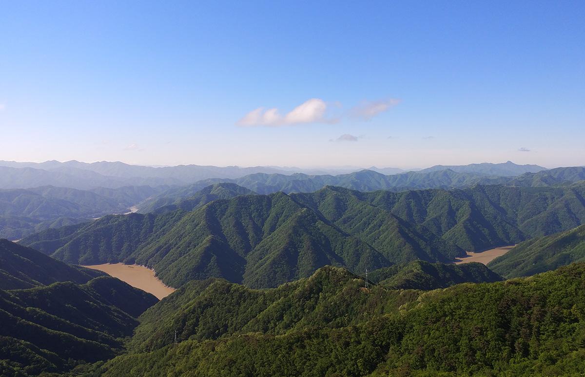 봉화산 조망 소양호의 주변의 산과 물이 한몸이 되어있다.