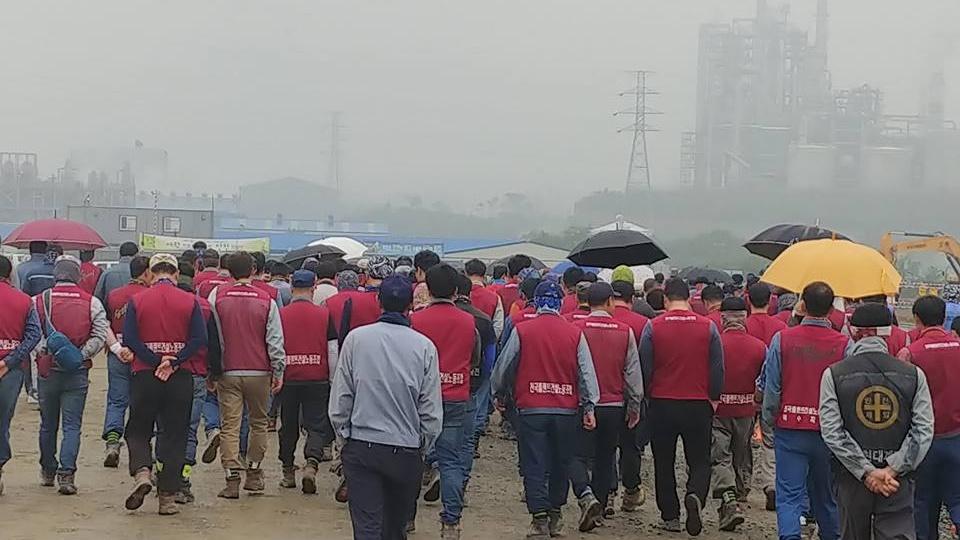 지난 28일 서산 대산 E1공장의 탱크를 건설하던 플랜트건설노동자의 추락사 한  노동자의 임시분향소가 마련된 가운데, 30일 노동자들이 분향을 마치고 작업현장으로 이동하고 있다.