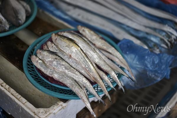 서천 읍내에 있는 특화시장에 가면 가장 목 좋은 곳에서 밝은 푸른 빛이 도는 웅어를 볼 수 있다. 좋은 자리에 칼처럼 날렵한 모습을 한 생선이 쟁반 위에 한 무더기씩 쌓여 있다면 십중팔구 웅어다.