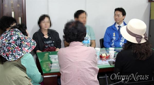 김종천 후보가 한 사무실을 방문해 대화를 나누는 모습.