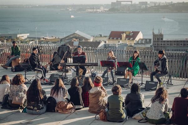 비긴어게인2 JTBC 음악예능 <비긴어게인2>는 한국의 유명 뮤지션들이 낯선 외국에 가서 버스킹 하는 모습을 그린다.