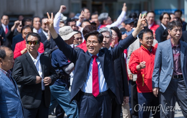 자유한국당 김문수 서울시장 후보가 31일 오후 서울역 광장에서 6.13지방선거 출정식에 참석해 지지자들의 연호에 '브이'를 하고 있다.
