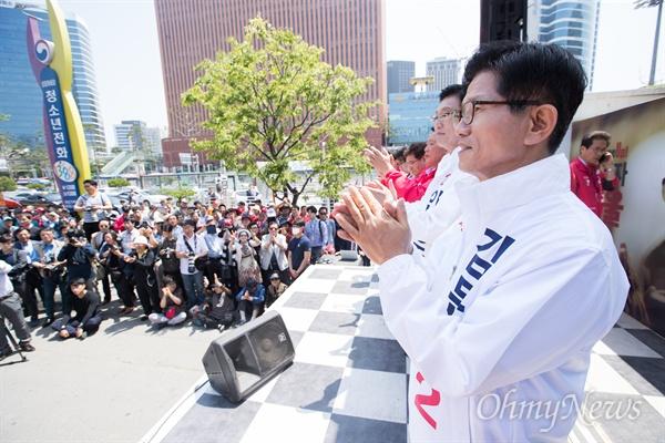 자유한국당 김문수 서울시장 후보가 31일 오후 서울역 광장에서 6.13지방선거 출정식에서 발언을 마치고 박수를 치고 있다.