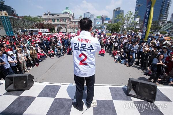 자유한국당 김문수 서울시장 후보가 31일 오후 서울역 광장에서 6.13지방선거 출정식에서 발언을 하고 있다.