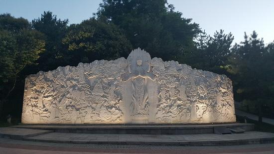 대방부용원의 양귀비를 형상화한 듯한 조각상