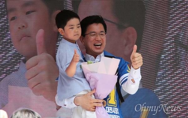 6.13지방선거 첫날 더불어민주당 대전시당은 중구 으능정이 거리에서 출정식을 열었다. 사진은 허태정 대전시장 후보가 동명이인인 7살 '허태정' 어린이에게 꽃을 받고 함께 사진을 찍는 장면.