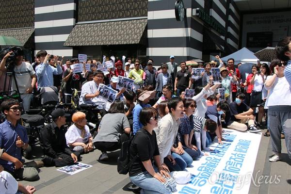 장애인차별철폐대구연대는 31일 낮 권영진 자유한국당 대구시장 후보의 출정식에서 장애인정책 협약식 사인을 요구하며 무릎을 꿇고 호소하고 있다.