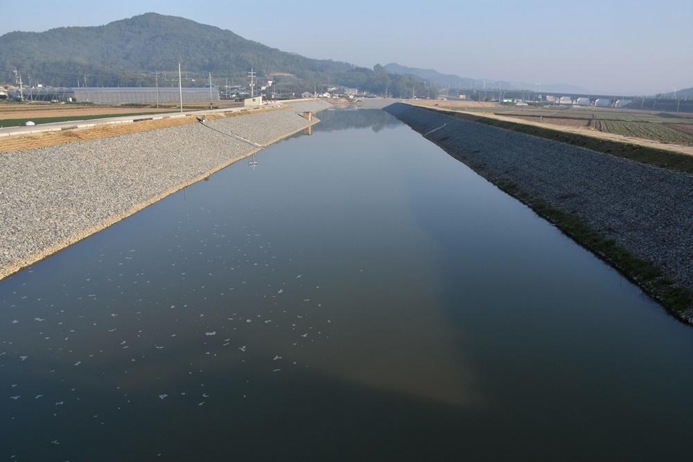 지방하천정비사업의 현주소를 적나라하게 보여주는 경북 군위군 소보면 곡정천의 모습. 하천을 인공의 수로로 만들어버렸다.