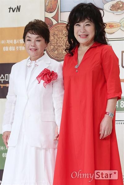 '수미네 반찬' 노사연, 김수미 팔로잉 중 배우 김수미와 가수 노사연이 1일 오후 서울 영등포의 한 웨딩홀에서 열린 tvN 예능 <수미네 반찬> 제작발표회에서 포토타임을 갖고 있다. <수미네 반찬>은 해외 식문화가 유입됨으로써 잠시 조연으로 물러났던 반찬을 다시 우리의 밥상으로 옮겨오자는 취지로 제작된 '반찬' 전문 요리 예능 프로그램이다. 6일 수요일 오후 8시 10분 첫 방송.