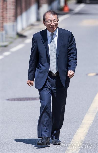 양승태 전 대법원장이 1일 오후 경기도 성남시 수정구 자신의 자택 인근에서 대법원장 재임 시절 법원행정처의 '(박근혜 청와대와) 재판 거래 의혹' 등 사법행정권 남용 논란에 대해 입장 발표를 위해 기자회견 장소로 이동하고 있다.