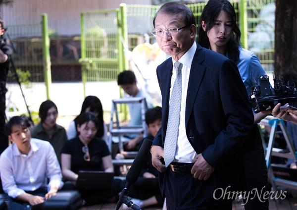 양승태 전 대법원장이 1일 오후 경기도 성남시 수정구 자신의 자택 인근에서 대법원장 재임 시절 법원행정처의 '(박근혜 청와대와) 재판 거래 의혹' 등 사법행정권 남용 논란에 대해 입장을 발표하고 있다.
