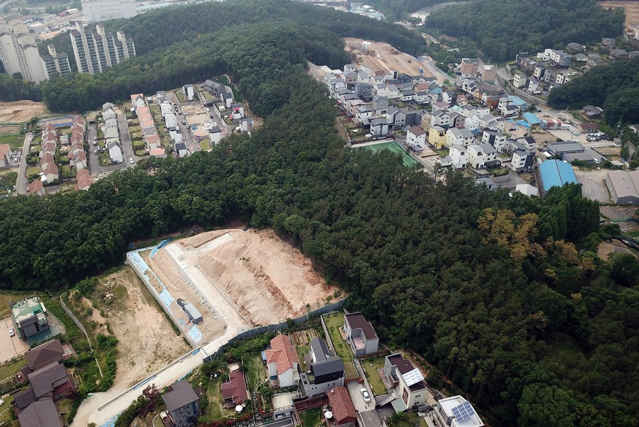 산 정상을 향해 경쟁하듯 숲을 파괴하며 집을 짓고 있다. 어덯게 이런 일이 가능했을까? 심각한 난개발 현장을 살펴보자.