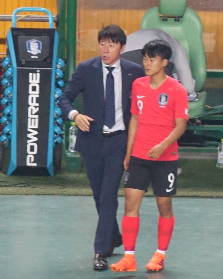 1일 오후 8시 전주월드컵경기장에서 열린 대한민국과 보스니아 헤르체고비나의 친선 경기에서 신태용 감독이 이승우에게 무언가를 이야기하고 있다.