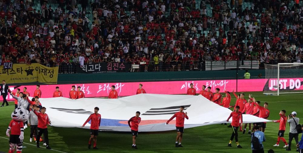 1일 오후 8시 전주월드컵경기장에서 열린 대한민국과 보스니아 헤르체고비나의 친선 경기 종료 후 팬들에게 인사를 거내고 있는 대한민국 대표팀 선수들.