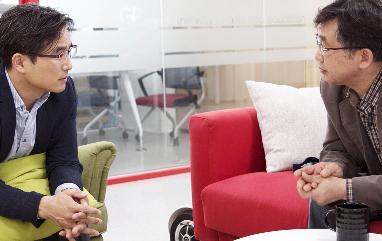 미투유를 협찬한 양성원 대표(왼쪽)와 인터뷰하는 기자(조호진).