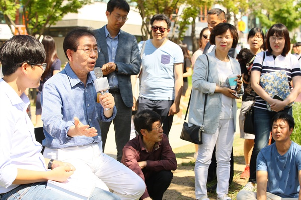 더불어민주당 박원순 서울시장 후보가 주말인 2일 서울 마포구 동교동 연트럴파크에서 시민들과 일상에서 진정한 작은 행복을 찾는 '소확행'을 주제로 이야기를 나누는 버스킹 유세를 하고 있다.