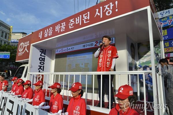 권영진 자유한국당 대구시장 후보가 2일 오후 병원에서 퇴원해 달서구 도원네거리에서 유세전에 나섰다.