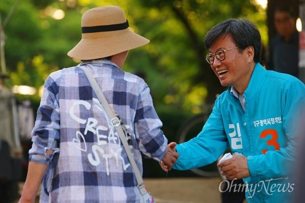 김형기 바른미래당 대구시장 후보가 2일 오후 두류공원에서 시민들에게 명함을 나눠주고 있다.