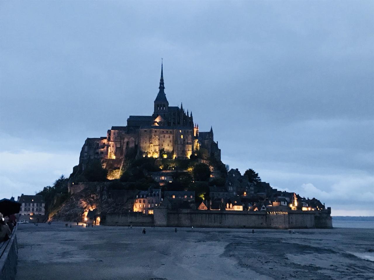 몽생미셸 수도원의 야경(완전히 어두워지기 전의 모습)
