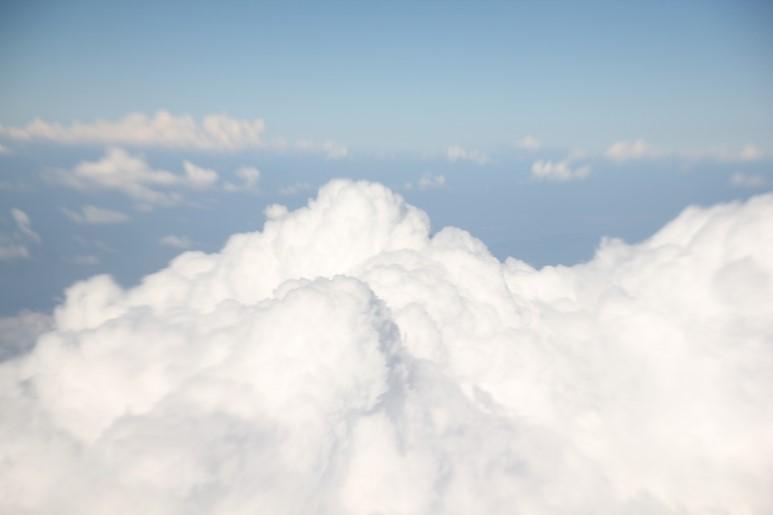 구름 위로 올라가면 푸른 하늘뿐이다