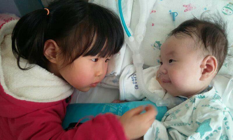 병원에 온 누나와 반갑게 인사하는 강현이