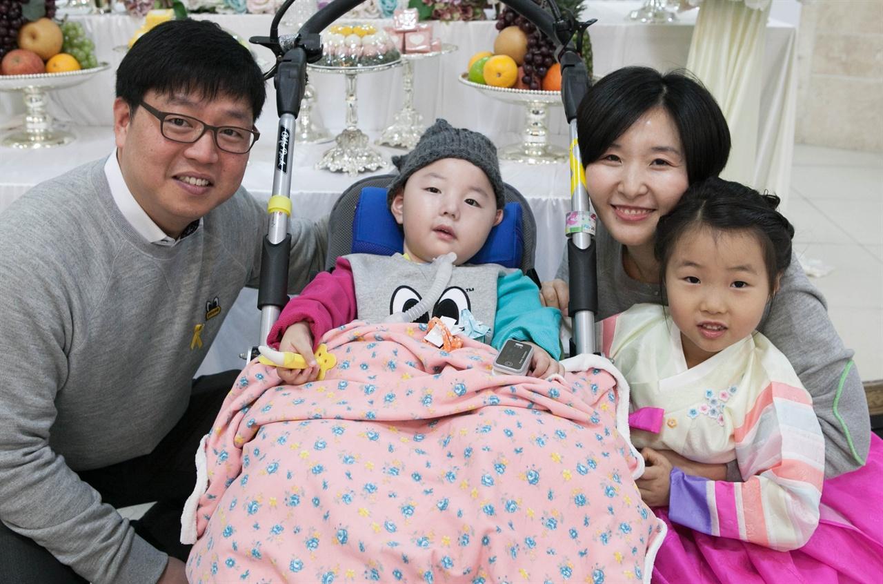 강현이의 4살 생일잔치. 많은 지인들이 찾아와 축하해주었다.