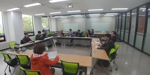 불법웹툰 실태조사 간담회 김한정 의원실이 주최한 불법웹툰 실태조사 정례화를 위한 간담회에 웹툰 관계자들이 참여해 의견을 나누고 있다.