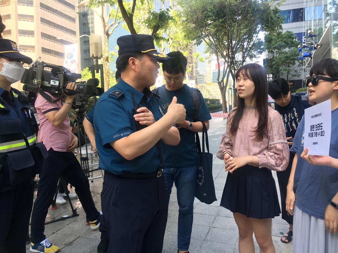 경찰이 '공연음란죄'로 체포한다며 미란다원칙 고지하자 항의하는 불꽃페미액션 회원들