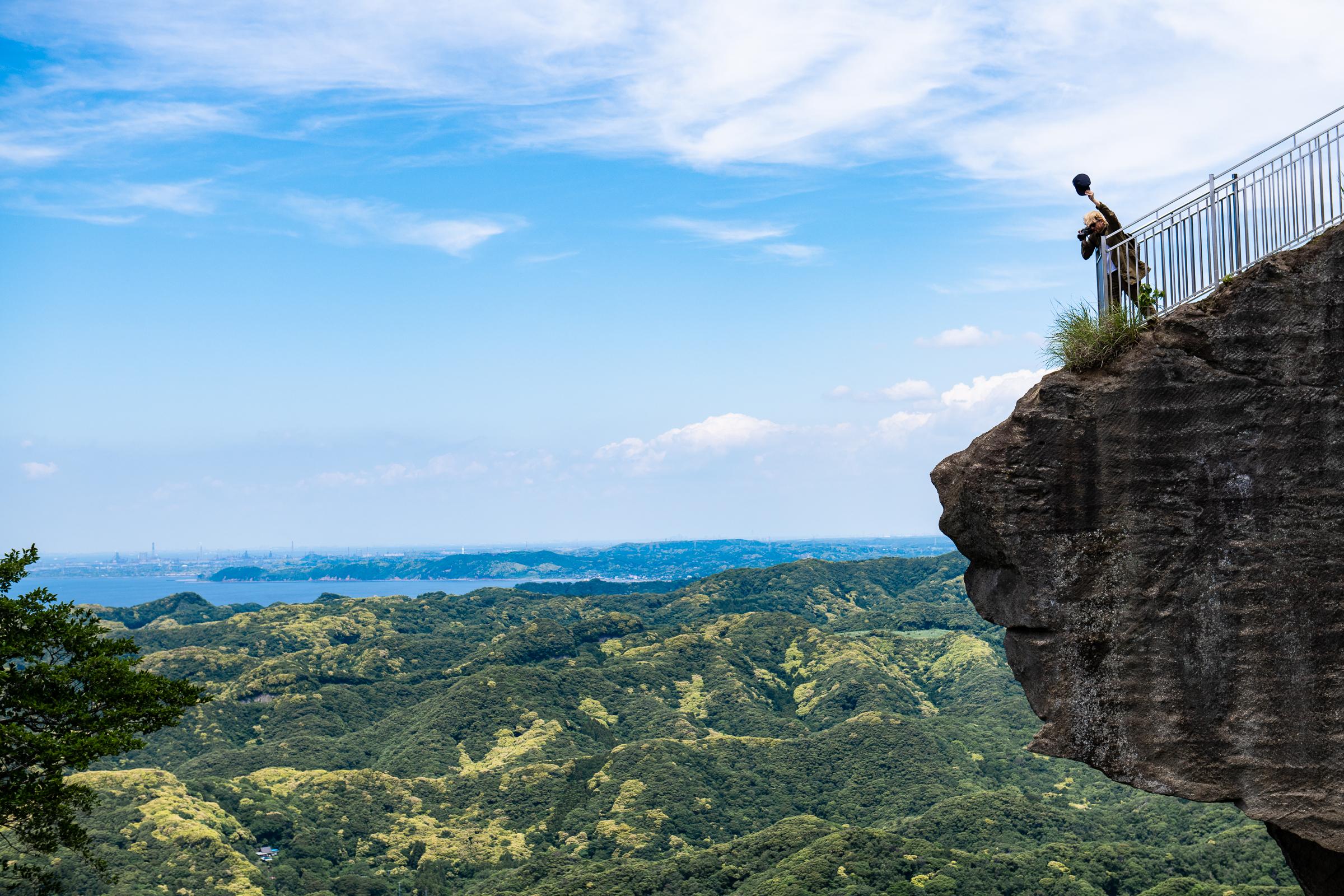 백척관음상 위에 툭 튀어나온 바위에서 아래를 내려다보는 관광객. 이것을 '지옥엿보기'라고 부른다.