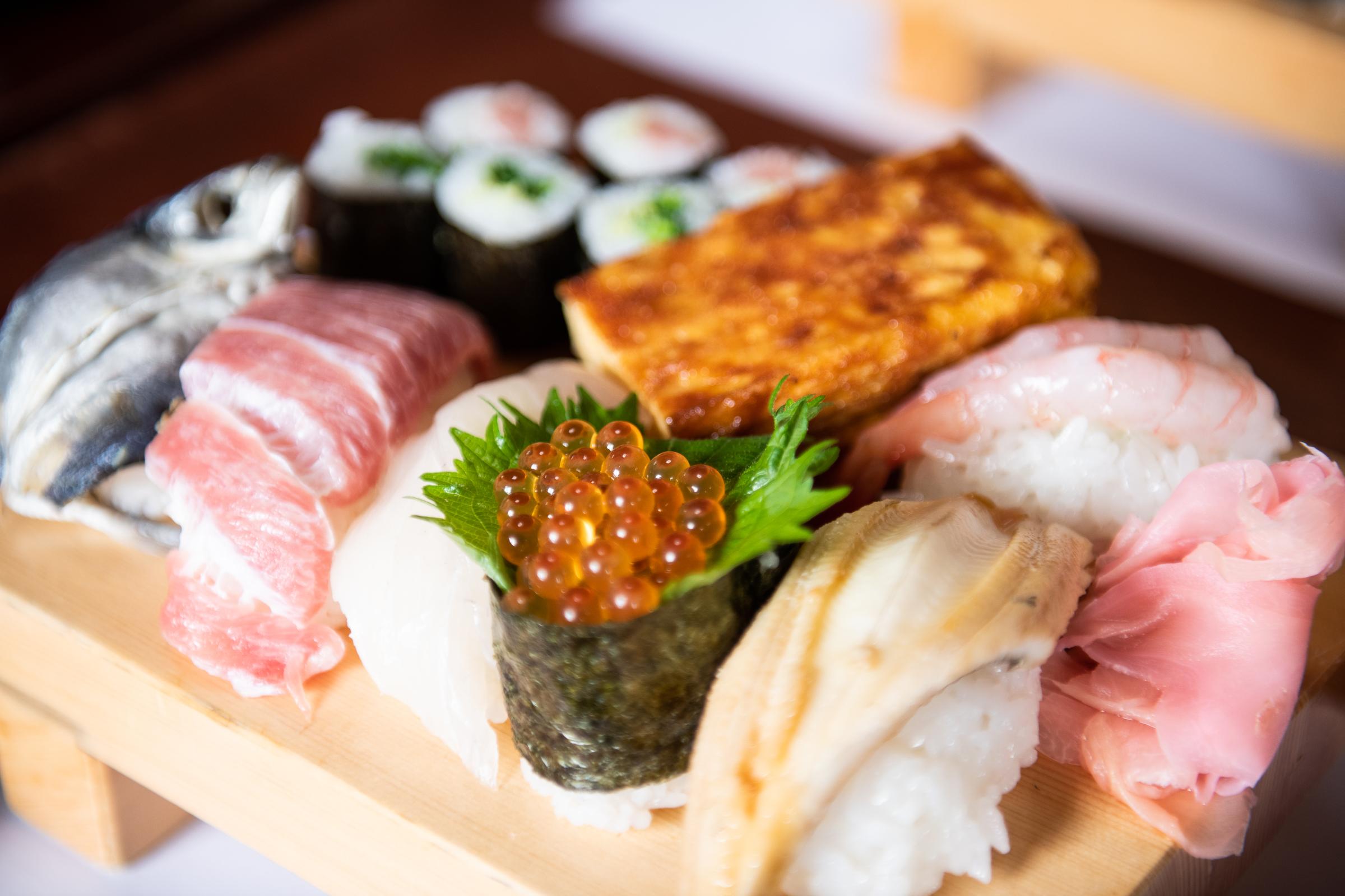 미나미보소에서 8대째를 이어온 '모하치스시'의 먹음직스러운 초밥. 그러나 초밥 하나가 주먹만큼 크다는 게 함정.