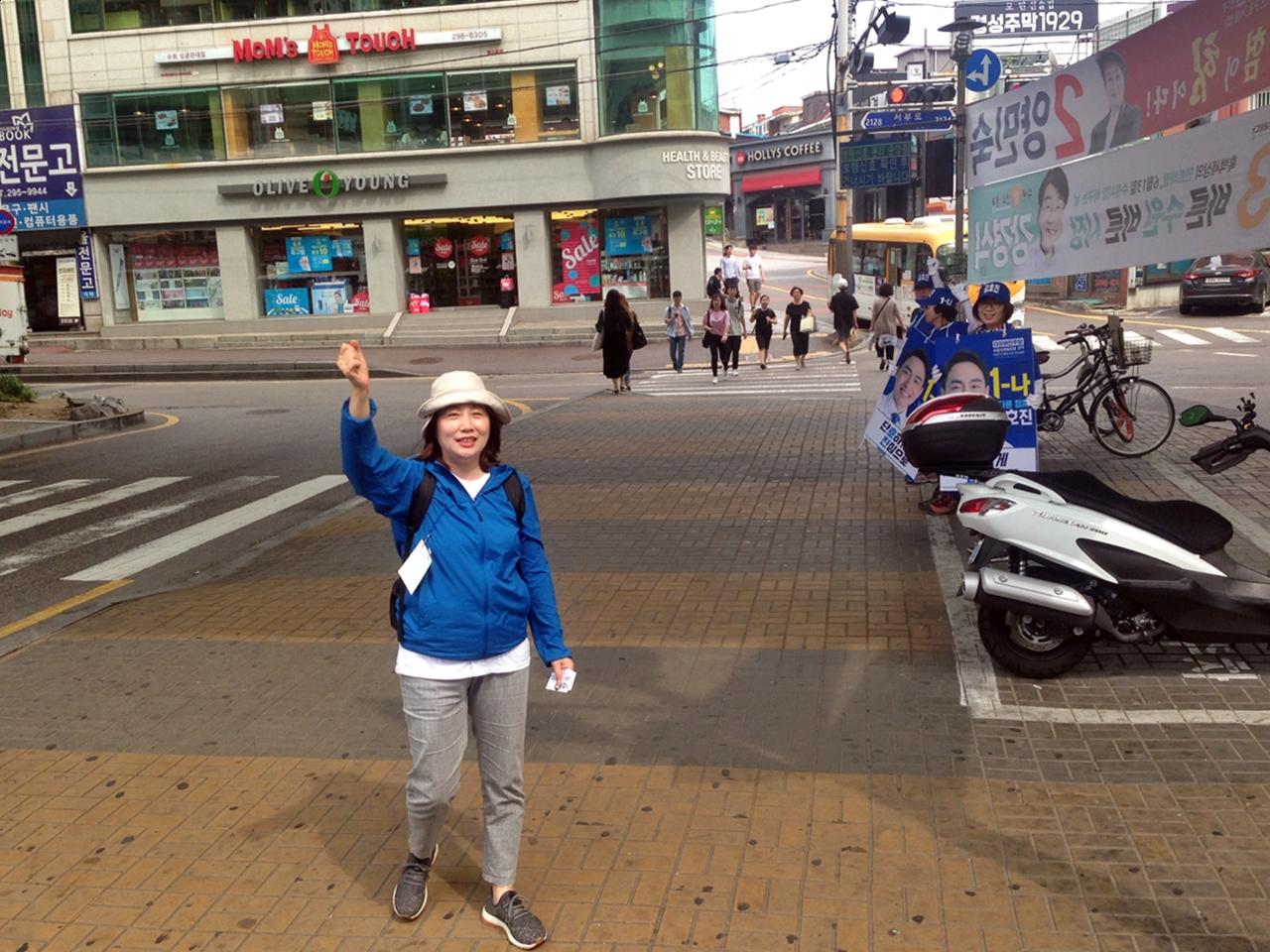 대호야 반갑다, 힘내 우리 아들!  김호진 후보의 어머니가 경기도의원에 출마한 아들이 탄 선거 유세 차량을 향해 손을 흔들고 있다.