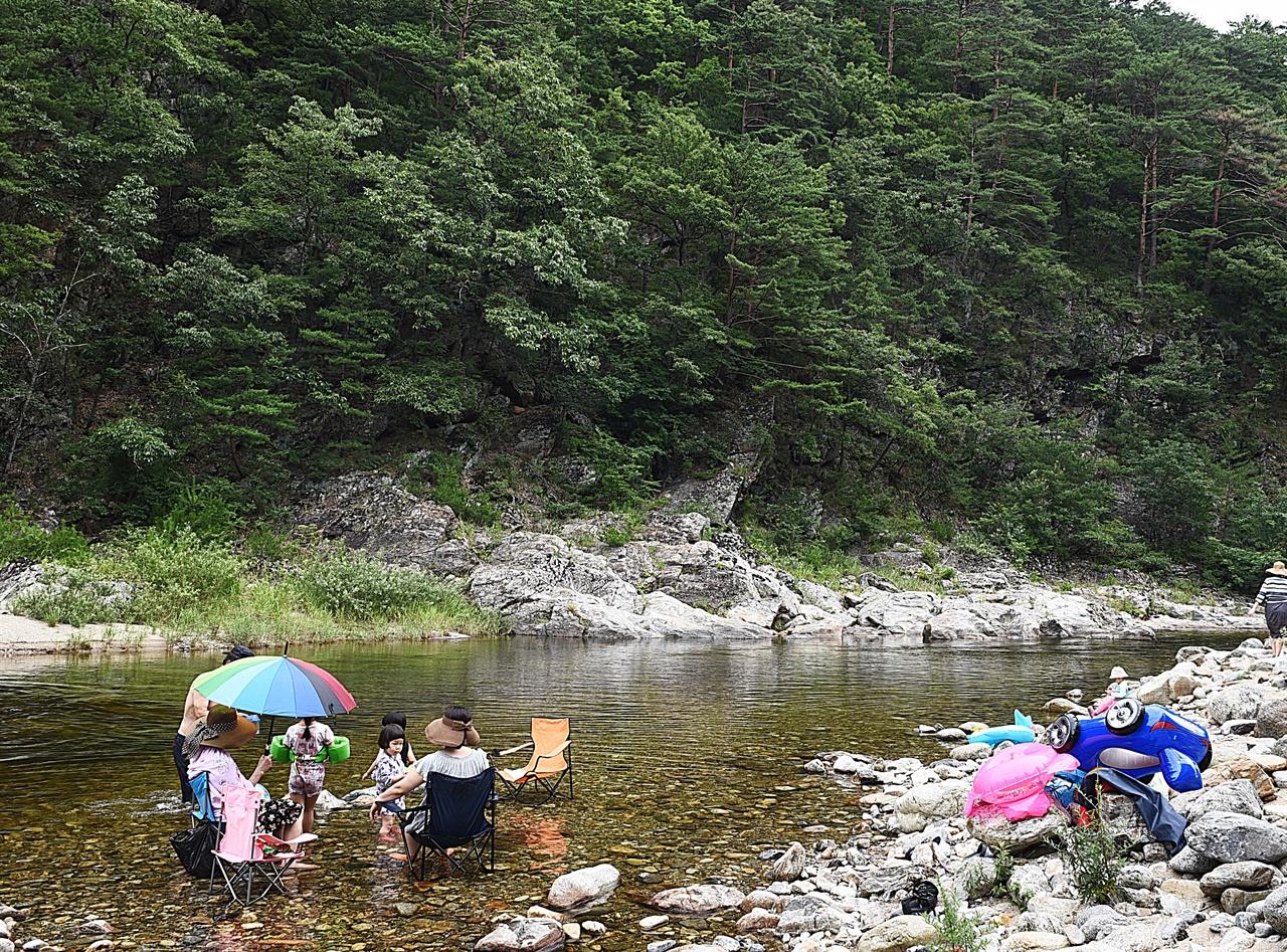법수치계곡  국립공원이나 도립공원에 포함되지 않아 자유롭게 물놀이와 캠핑을 즐길 수 있는 좋은 계곡이다.