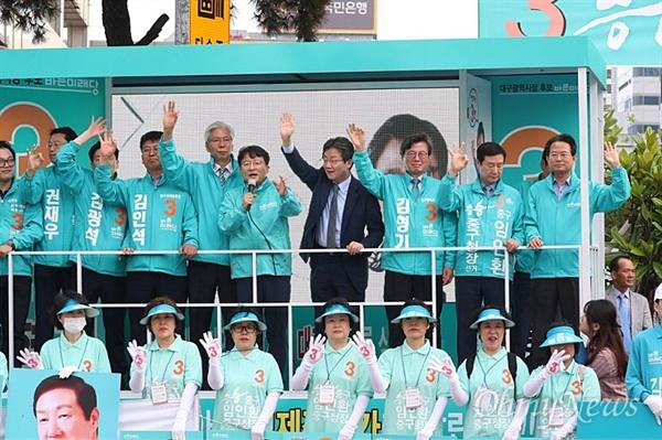 김형기 바른미래당 대구시장 후보는 유승민 대표와 함께 시민들을 만나 선거유세전을 펼치고 국가유공자에 대한 공약을 발표했다.