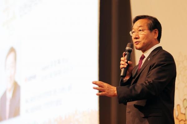 유정복 지난 5일 아침에 열린 새얼문화재단 인천시장 후보자 초청 강연회에서 강연하고 있는 자유한국당 유정복 인천시장 후보.