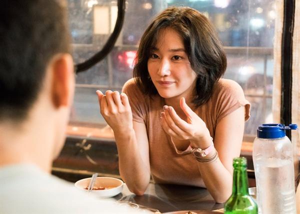 < 버닝 >의 스틸컷. 해미(전종서 역)는 남자 배우들의 편협한 시각을 더욱 두드러지게 한다.