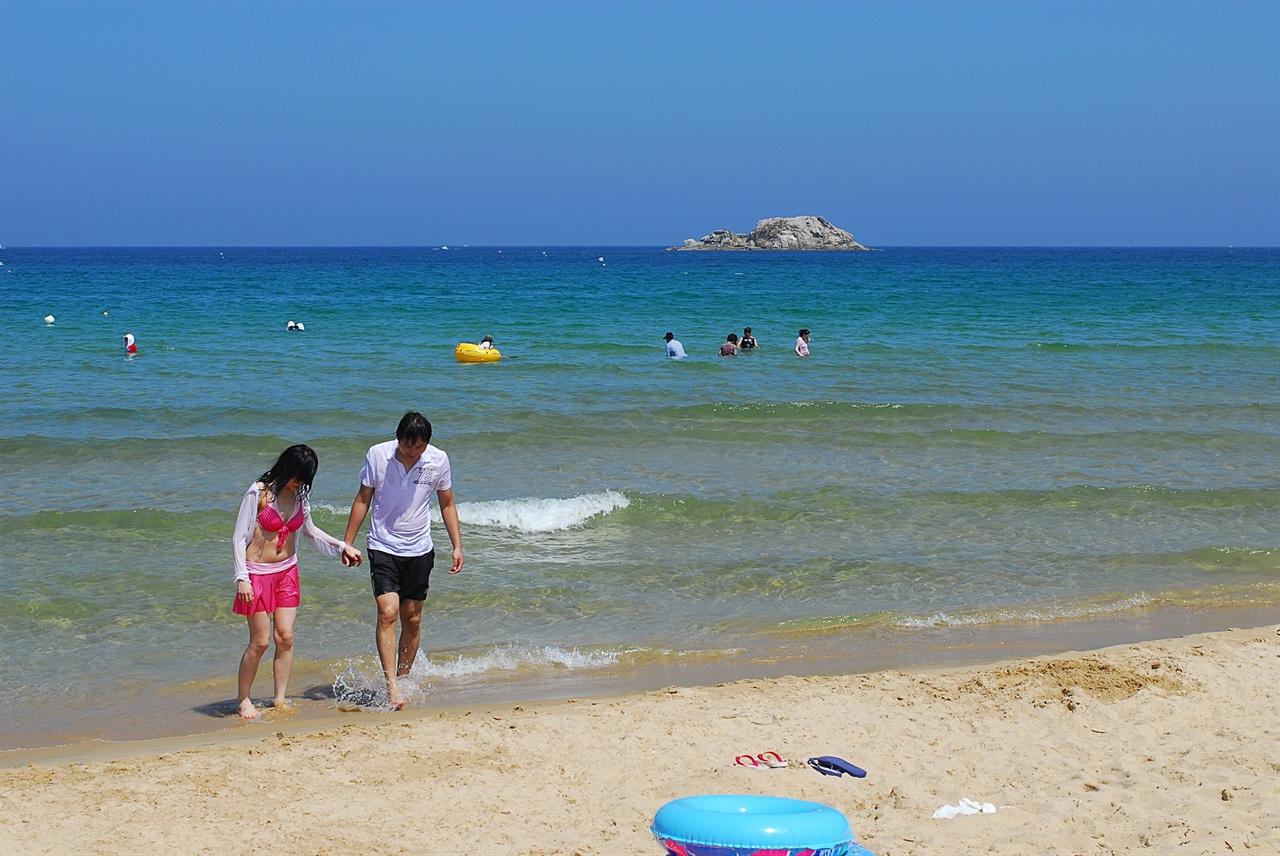 삼포 해변  코발트 블루의 아름다운 이국적 바다, 삼포 해변. 물이 깊지 않아 아이들을 데리고 가도 좋은 해변이다.