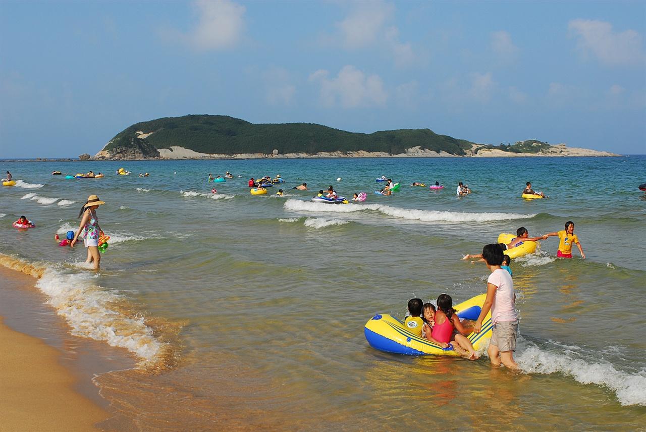 송지호 해변  멀리 죽도를 바라보는 송지호 해변은 동해안에서 가장 얕은 바다에서 안전하게 물놀이를 즐길 수 있는 곳이다.