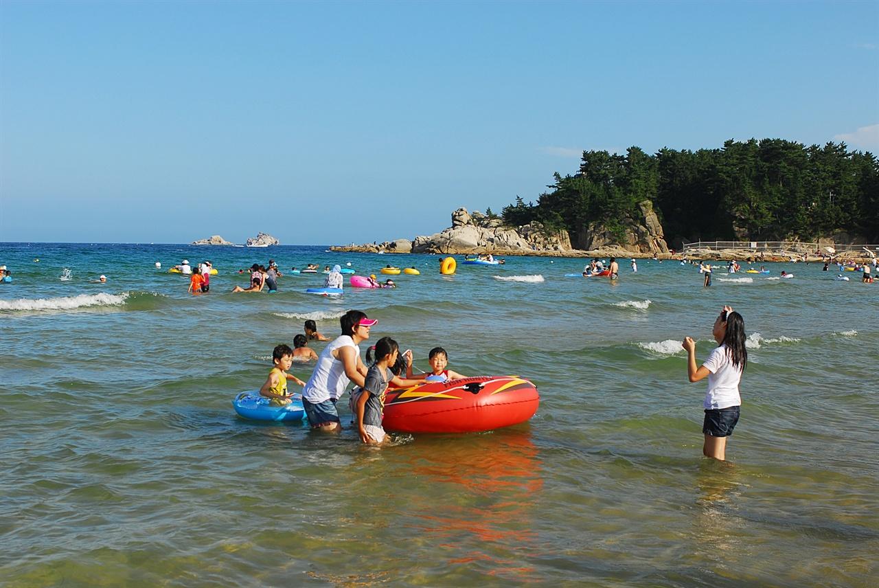 송지호 해변  송지호 해변은 푸른 바다, 울창한 소나무숲, 오토캠핑장, 각종 편의시설이 다 갖추어진 편안한 해변이다.
