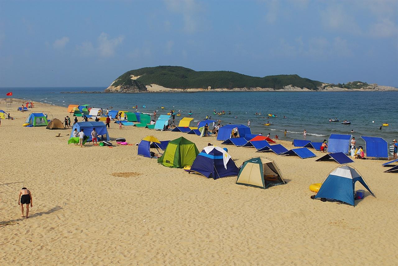 송지호 해변  바닷가에 텐트를 치거나 지정된 캠핑장에서 캠핑을 할 수 있다. 눈 앞에 죽도라는 섬이 있어 다른 해변에 비해 물살도 잔잔한 편이다.