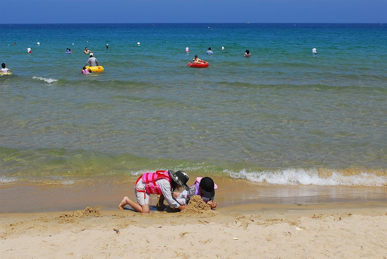삼포 해변  모래가 부드럽고 바다는 파랗다. 해수욕을 하든 모래로 성을 쌓든 모든 것이 자유다.