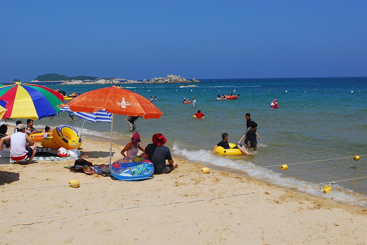 삼포 해변  북쪽 멀리로는 죽도와 송지호 해변이, 남쪽으로는 짙푸른 자작도 해변이 이어진다.
