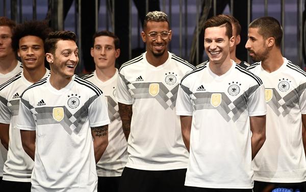 새 유니폼 선보이는 독일 축구대표팀. 제일 앞줄에 선 메수트 외질(왼쪽), 제롬 보아텡(중앙), 율리안 드락슬러(오른쪽) 선수.