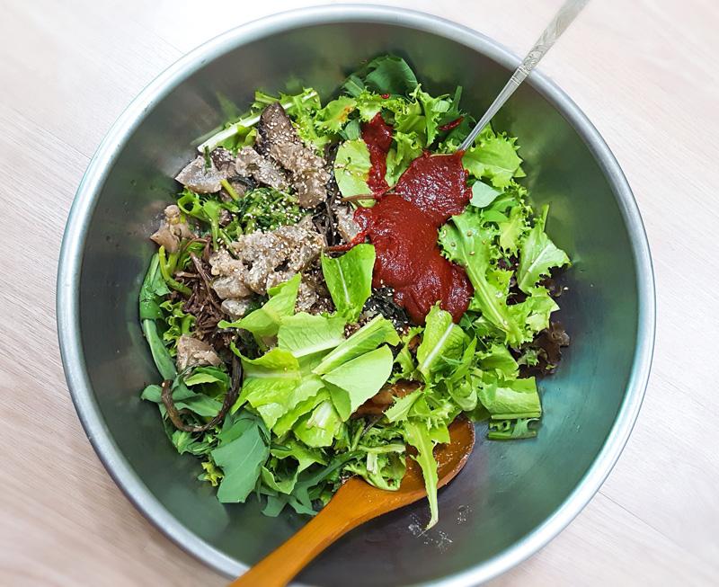 텃밭 채소랑 어우러진 나물비빔밥으로 미안한 마음을 대신 전해 봅니다.